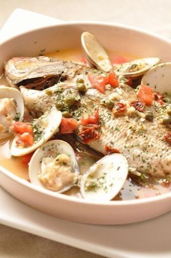 鯛をまるごと煮るアクアパッツァは、ボリューミーで見栄えバツグン。魚をさっと焼いてから煮ることで、香ばしい風味が楽しめます。