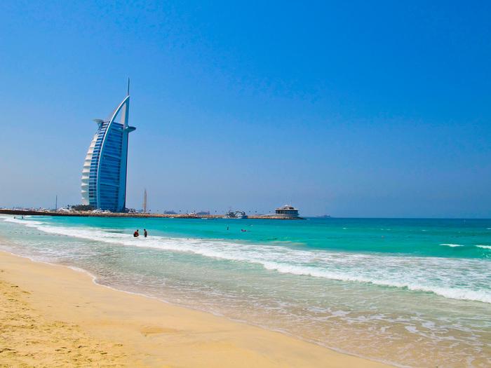 美しい海と広大な砂漠を持つアラブ首長国連邦にあるドバイ。世界一の高層ビルから超巨大モール、7つ星と言われる超高級ホテルまで立ち並ぶ、ゴージャスで美しい世界屈指の観光都市です。