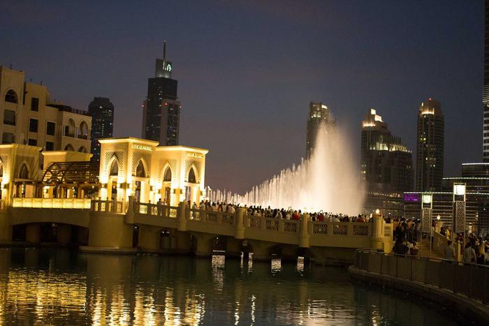 美しく幻想的でダイナミックなファウンテンショー。世界一の高層ビルを背景に、無料で楽しめる素晴らしいショーは必見です!