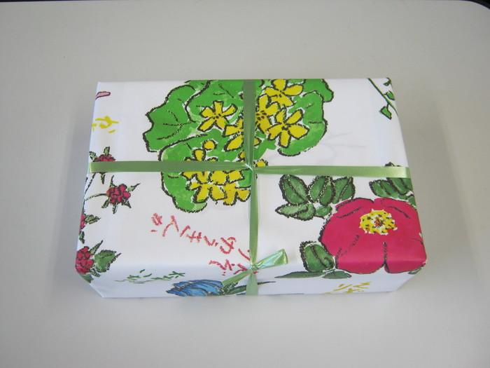 """""""北海道のお菓子""""と聞いて六花亭のバターサンドを思い浮かべる方が多いのではないでしょうか?そのおいしさはもちろんですが、北海道出身の画家・坂本直行氏による小花柄の包装紙がとってもかわいくて、女子心をくすぐります。この坂本直行さん、あの坂本龍馬の末裔ってご存知でした?"""