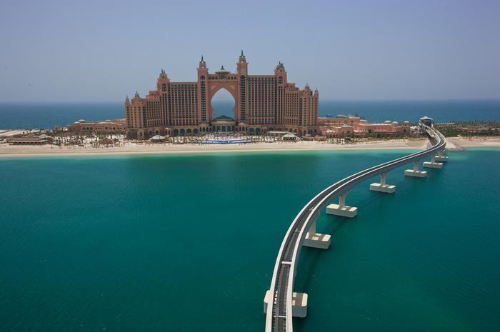 月からも見えると言われる、ヤシの木の形をした人工島パーム・ジュメイラ。その最先端に建つリゾートがアトランティス ザ パーム ドバイ(Atlantis The Palm Dubai)です。