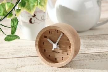 ミニサイズのかわいらしい置時計です。ナチュラルで優しい雰囲気になるのはもちろん、目に入ったら何だか安心出来るデザインですよね。部屋のインテリアのアクセントにピッタリの時計です♪