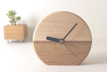 木の温もりをじっくりと感じられる置時計。二つの木の色合いがそれぞれ合わさって優しい雰囲気を感じさせてくれます。 寝る前には安らかな気持ちで、朝起きた時にも安心感とともに目覚められそうなデザインの時計です。