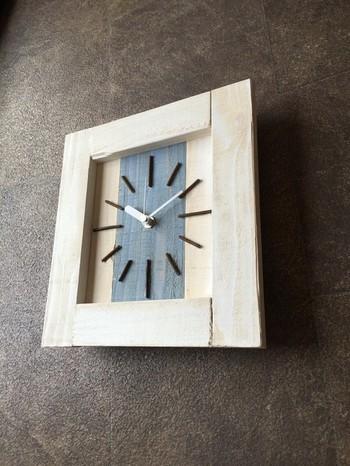 こちらはナチュラルな木のフレームで柔らかくリラックス出来るデザインに加えて、ストライプのデザインがシャープな印象も与えてくれる掛け時計です。モダンでナチュラルなお部屋を演出したい人にオススメのデザインです。