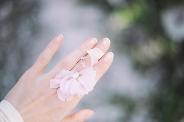 写真はピンク系の肌の色に合う、桜の花のようなパウダーピンクですが、どちらかというとクールカラーの色合わせ。背景のグレーとも相まって、すっきりとした印象に。