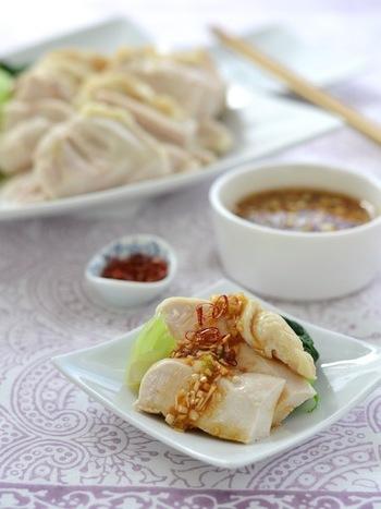 ごま油の風味が食欲をそそるねぎしょうがだれをたっぷりかけた茹で鶏は、ご飯によく合ってついつい食べ過ぎてしまいそうな一品です。