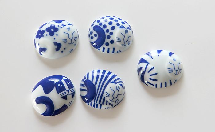 スウェーデンの人気デザイナー、リサ・ラーソンの有田焼の作品。丸まった猫達は一匹だけ起きています。「今日はどの猫にしようかな」なんて選ぶ楽しみも。