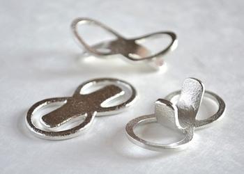 大正5年創業の鋳物メーカー「能作」の錫(すず)でできた箸置き。縁起がいい数字の8がモチーフです。錫は柔らかく、手で簡単に曲げることができるので、色々な形にして楽しむことができます。スプーンやフォークを置くカトラリーレストとしても使えますよ。