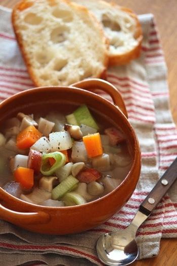 根菜たっぷり!ほっこり体の中からあたたまる根菜ミネストローネ。コトコト煮込んでいる間に香る、ごぼうの香りも食欲をそそります。