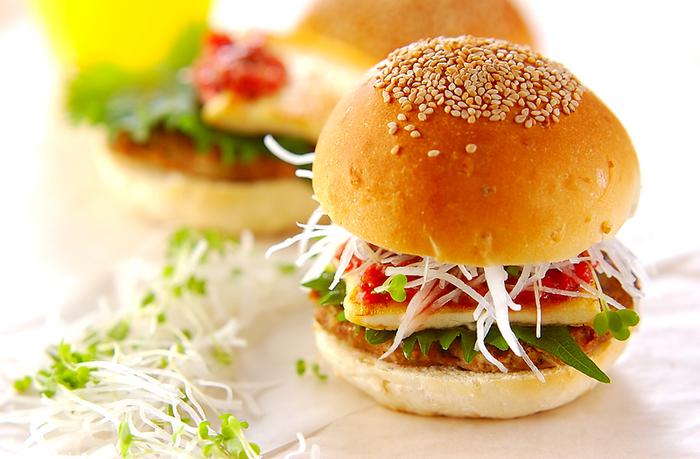 なんと大根がハンバーガーに!見た目もオシャレでシャキシャキした食感が楽しいハンバーガーは、おうち女子会のメニューとしても喜ばれそうです♪