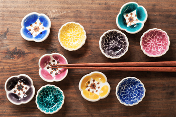 久谷焼の窯元「九谷青窯(くたにせいよう)」から独立した葛西国太郎さんの作品。色鮮やかなので食卓がパッと明るくなりそうですね。菊と芥子(けし)の花がモチーフです。