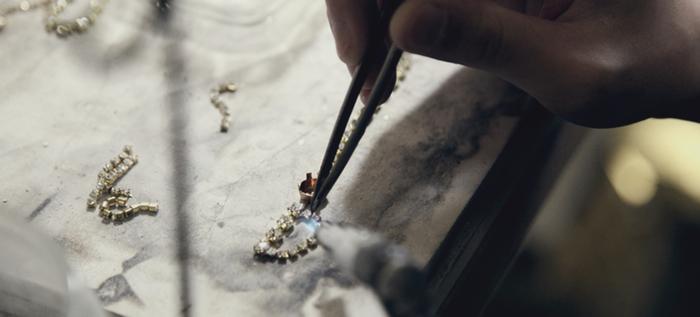 熟練した職人の手によって手間と時間をかけて制作されるため、量産品とは異なり、ひとつひとつに輝き方や手仕事による表情の個性があります。数ミリ単位で素材を選び、その微妙な色の組み合わせにも妥協はされません。