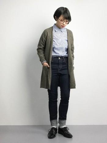 ニットカーデ×シャツ×ジーンズ×ローファー。 ベーシックアイテムを取り入れたマニッシュスタイル。こっくりカラーのニットを合わせてやさしい印象にまとめています。