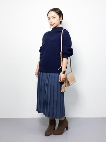 ニット×プリーツスカート×ブーティ。 ブルーのワントーンコーデ。ナチュラルな小物を合わせることでバランスの良い仕上がりに。