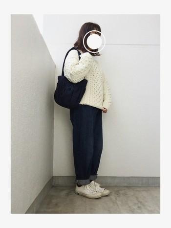 ざっくりとしたアラン編みの冬らしいニットは、側にいる人をもほっこりあたたかい気持ちにさせてくれます。白のスニーカーを合わせて、思いっきりシンプルなコーディネートを楽しみたいですね♪