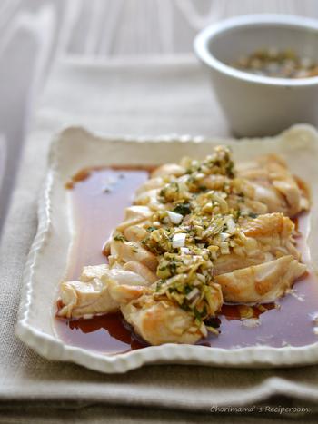 ◆さっぱり鶏むね肉に薬味だれ◆  鶏むね肉に薬味ダレをかけた、元気の出そうなレシピ。フライパンで蒸し焼きにするのがふっくらのコツ。