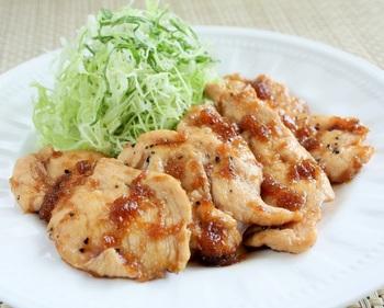 ◆鶏むね肉の生姜焼き◆  鶏むね肉を薄くそぎ切りにして、ヘルシーな生姜焼きに。見た目はまるで豚肉のよう!