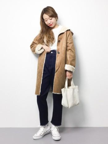 ボリュームあるムートン風コートの足元にコンバースを合わせて、冬の装いを軽やかに。