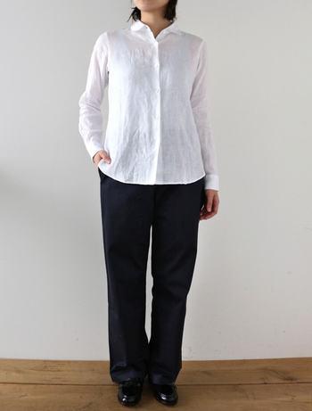 Lisette(リゼッタ)のユニセックスラインのスタンダードなプレーンシャツです。マニッシュなデザインですが、リネン素材なので、柔らかな印象の着こなしが出来ます。