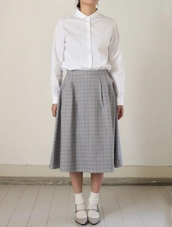 ベーシックなデザインの丸襟コットンブラウスは、上品な透け感が肌をよりきれいに見せてくれる一枚です。