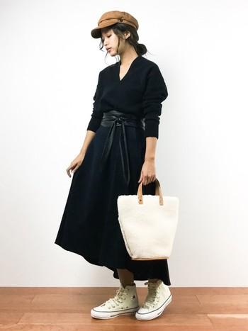 オールブラックのコーデに、バッグとコンバースで白を差し色に。レディなコーデとのミスマッチがおしゃれ。