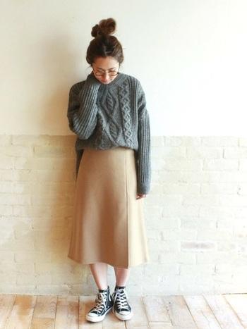 ゆるやかなフレアを描くスカートは、大人っぽい雰囲気。グレーとキャメルって、実は相性がいいんです。