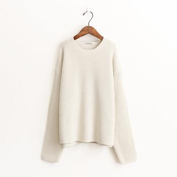冬に最も出番が多いニットは白を1枚持っておくととっても重宝!ボトムを選ばず着れるのも白アイテムの魅力です。