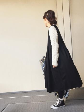 ワンピースとの重ね着も新鮮!袖のケーブル編みがアクセントに。