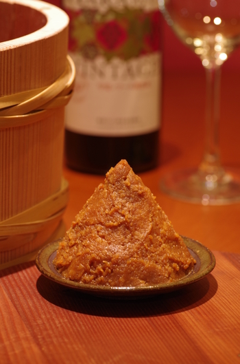 味噌が庶民に親しまれるようになったのは室町時代が起源といわれ、当時農民を中心に自家製みそが作られるようになり、保存食として日本では欠かせない食材として広がっていきました。