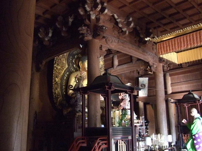 【天台声明の聖地勝林院「修正会」の様子。勝林院で行われる法会では、周辺寺院の住職が集まり、声明を唱え、厄除け儀式が行われる。】