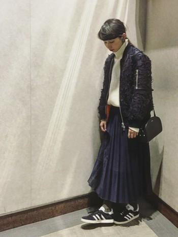 人気のミリタリー調のジャケットも、ロングスカートを合わせると女の子らしく仕上げることができます。
