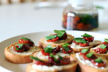 トマト以外にもいろいろのせて♡「ブルスケッタ」のレシピ