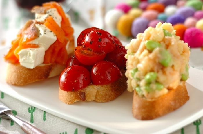 明太ポテト、クリームチーズ&スモークサーモン、プチトマト。3種の味が楽しめるブルスケッタは、おもてなしの前菜にもぴったり。