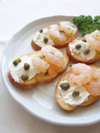 えびとクリームチーズのシンプルな組み合わせにケッパーを散らした大人味のブルスケッタ。ワインと共にいただきたいレシピです。