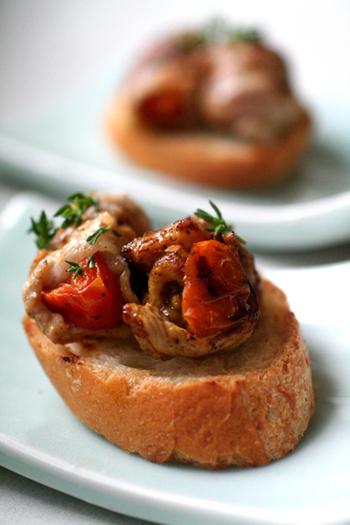 オーブンで焼いたプチトマトを豚バラでくるっと包んでフライパンでソテー。バゲットに乗せれば簡単ごちそうの出来上がり♪