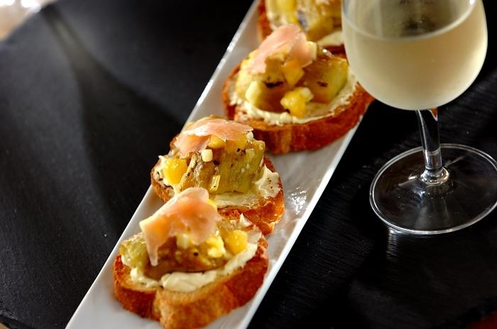 焼きナスとパイナップルを組み合わせたブルスケッタは、おつまみにも、デザート代わりにも。意外性のある組み合わせですが、とろけるナスと果物、そしてクリームチーズが相性抜群!ぜひ試してみて。
