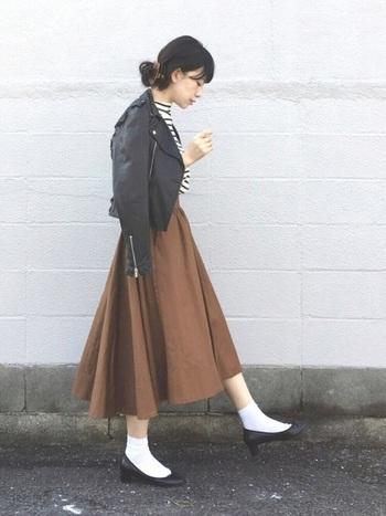 ライダースジャケットも、ボーダーシャツと白ソックスを合わせればうんとカジュアルに。 フレアスカートとパンプスで、女の子らしく仕上げて。