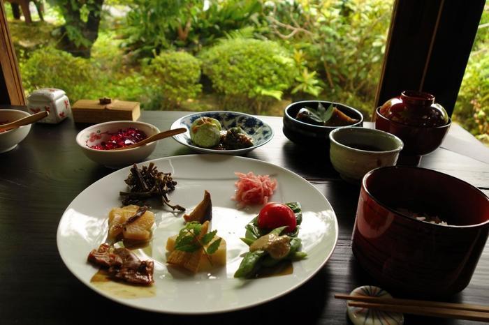 """ランチなら、旬の野菜を存分に味わえる「一寸八菜」、「おばんざい・とんかつ膳」等。里山の食を堪能できる食事処です。 【""""一汁八菜""""の「松門のおひる」。画像は、紫陽花の頃の料理。画像左上の小鉢は、大原産の赤紫蘇を使ったゼリー。】"""