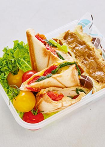 色鮮やかで栄養バランスも優れた鶏ハムホットサンドのお弁当。鶏ハムと野菜があれば、豪華&ヘルシーなサンドイッチがあっという間に完成!