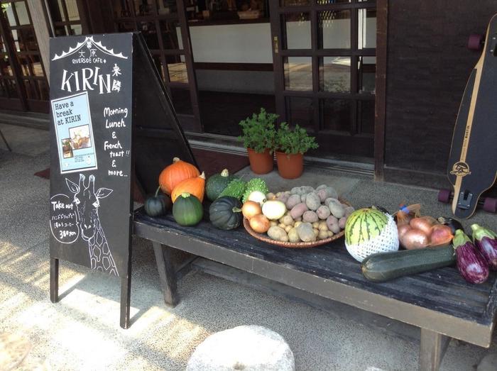 バス停近く、高野川沿いにある「来隣」は、大原の朝採れ新鮮野菜を使った料理が頂けるレストラン。
