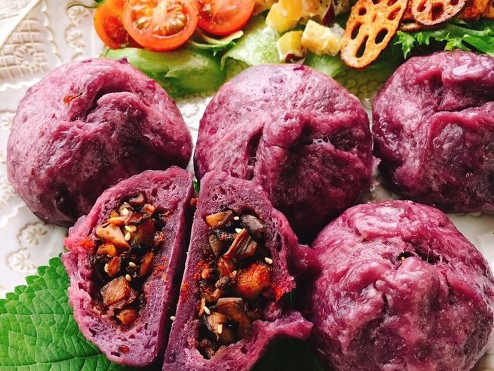こちらは皮にお砂糖を使わず、代わりに紫芋を使って甘さをだしたヘルシーなレシピ。 発酵に40分ほど時間を要しますが、蒸し豚にして油を減らし、きのこなどの繊維質の野菜をふんだんに使った体に優しい心配りがたくさん。 紫芋の色もキレイ♪
