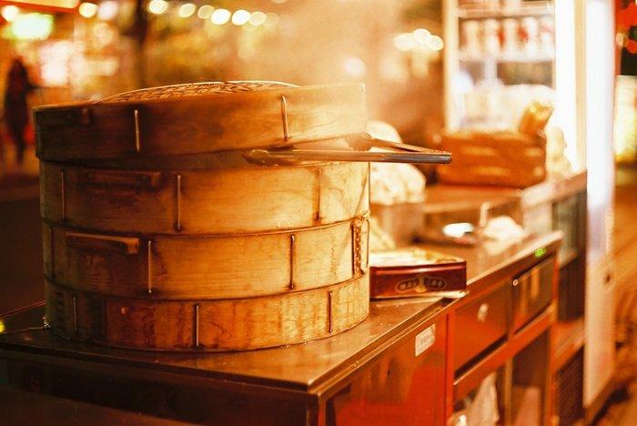 冬になると、中華街のみならず、温泉地や観光地、コンビニにも登場する冬の名物詩『肉まん』。寒い季節に出来立てをホフホフしながら頂くのは至福!点心の王様的存在と言っても過言ではないかも? 『肉まん』と並ぶ点心の人気者は、やはり『餃子』。季節や年齢を問わず一年中大人気の餃子は、全国各地で消費量が競われたり、グランプリがあったりと、もはや日本人のソウルフードのうちの一つです。