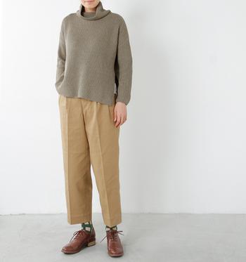 やわらかなブラウン系カラーのゆったりとしたタートルは、首元のリラックス感がおしゃれ。相性の良いワイドなパンツと、メンズライクな革靴、指し色に柄ソックスを合わせてまとまりある仕上がりに。