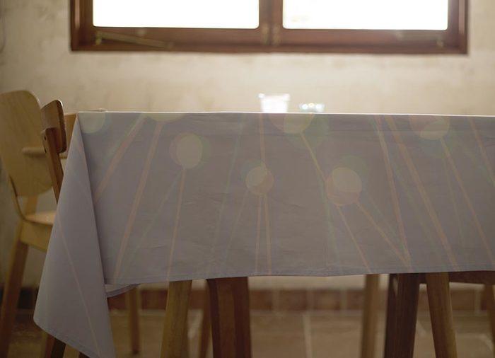 テーブルクロスを買う時には、テーブルのサイズを測るなどしてサイズチェックをすることもお忘れなく。また、テーブルの端からどれくらい垂らすのか、なども合わせてイメージしてサイズを決めましょう。