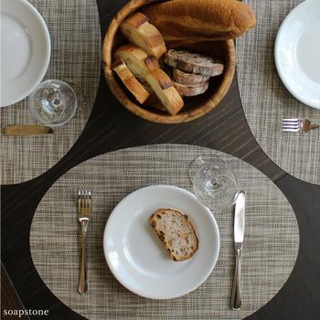 四角いタイプだけでなく、楕円形のデザインもありますよ♪テーブルの形に合わせて置きやすい形を選ぶのも良いですね。