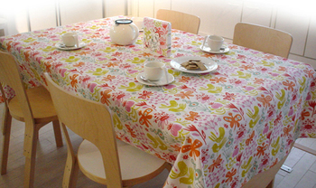 部屋の中央に位置することも多いテーブルは、部屋全体に与える印象も大きいのです。テーブルクロスをかけただけで部屋の印象ががらっと変わることもあるほど!そのためテーブルクロスを選ぶ時には、お部屋全体のイメージを考えながら選ぶようにしましょう♪
