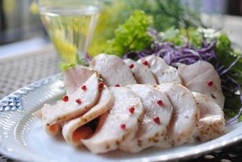 鶏ハムの一般的な作り方は、鍋で短時間ゆでて放置しますが、季節によって温度が下がりやすく中心まで火が入らないことも…。でも、炊飯器の保温モードを使えば、70℃程度の温度をキープできますので鶏ハム作りに便利。なお、短時間ゆでてから炊飯器の保温にかけるレシピもあります。