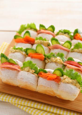 白いちぎりパンは、ふんわりもっちりとした食感が魅力。サンドイッチにすれば、具材の鮮やかな色合いがよく映えます。華やかで、パーティーにおすすめのレシピです。
