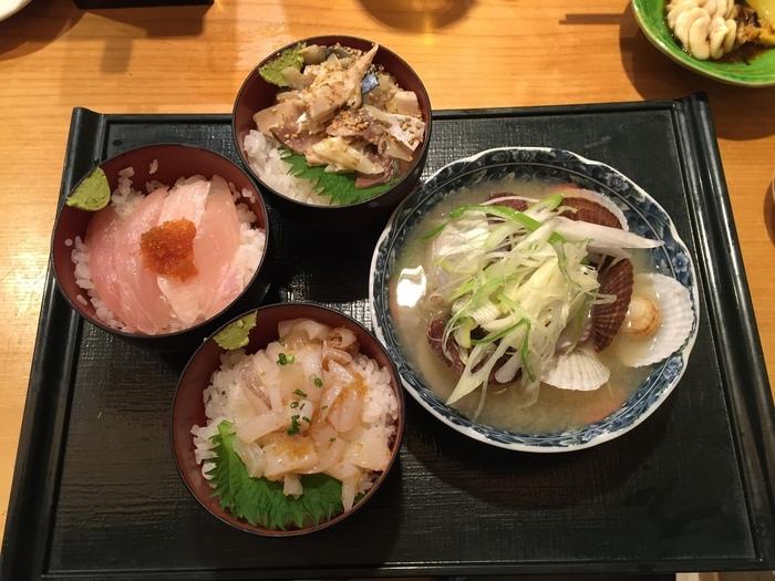 画像は、「その日おまかせのまんぷく丼3種」。 その日によって違う、おまかせのお寿司屋さんの丼をリーズナブルに食べたいならこちらはいかが?