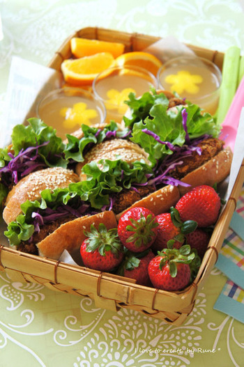 ちょっと特別な日は、さくさくメンチカツのちぎりパンサンドでボリューミーに!彩りが物足りないなら、紫キャベツの千切りを挟むとおしゃれに仕上がります。